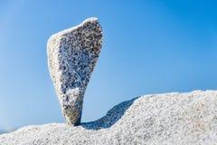 在技巧平衡的三角岩石 库存照片