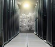 在技术城市的数据中心直接太阳的 免版税库存图片