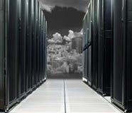 在技术城市的数据中心直接太阳的 免版税图库摄影
