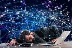 在技术网络困住的商人 互联网瘾的概念 库存照片