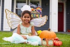 在把戏或款待神仙的服装穿戴的女孩画象 免版税库存照片