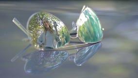 在把握汽车关键的妇女太阳镜的反射 影视素材