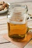 在把柄瓶子的啤酒 库存图片