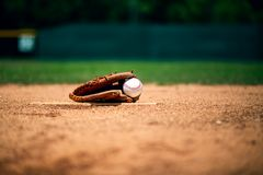在投手土墩的棒球手套 免版税库存照片