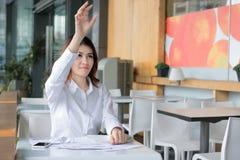 在投掷沮丧的亚裔的女实业家的手上的选择聚焦弄皱文书工作在工作场所 被注重的企业概念 免版税图库摄影