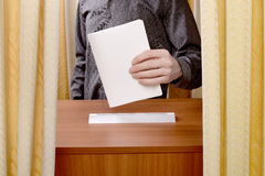 在投票站的人表决 免版税图库摄影