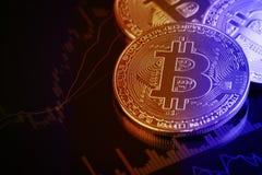 在投资金钱移动的图表的Bitcoins在背景中 免版税图库摄影