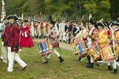在投降路的英国鼓笛和鼓行军在胜利,围困的再制定的225th周年在约克镇的  免版税图库摄影