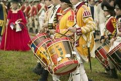 在投降路的英国鼓笛和鼓行军在胜利,围困的再制定的225th周年在约克镇的  免版税库存图片