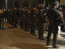 在抗议期间的警察线反对金矿 免版税库存图片