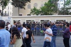 在抗议期间,在防暴装备的警察等候命令 免版税库存照片
