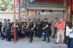 在抗议期间,在防暴装备的警察等候命令 免版税库存图片