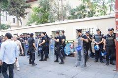 在抗议期间,在防暴装备的警察等候命令 库存图片