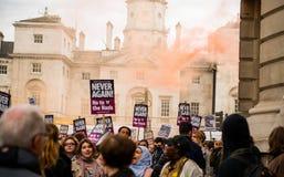 在抗议游行-伦敦的烟幕弹 库存图片