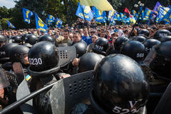 在抗议者和法律实施者之间的冲突在议会下  免版税库存图片