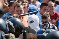 在抗议者和法律实施者之间的冲突在议会下  库存图片