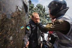 在抗议者和法律实施者之间的冲突在议会下  库存照片