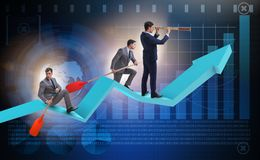 在折线图的商人在企业概念 免版税图库摄影