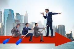 在折线图的商人在企业概念 库存图片