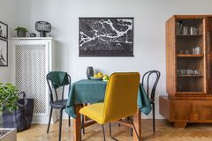 在折衷客厅内部的减速火箭的瓷器柜 免版税图库摄影