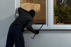 在抢劫前的夜贼到房子里 免版税图库摄影
