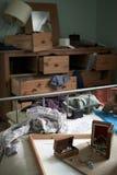 在抢劫期间被彻底搜索的卧室 免版税库存照片