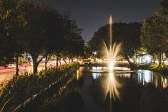 在护城河的清迈喷泉在晚上 免版税图库摄影