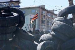 在护拦的亲俄国分离主义者旗子。Lugansk,乌克兰 免版税库存图片
