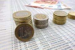 在报纸的欧洲硬币 库存照片