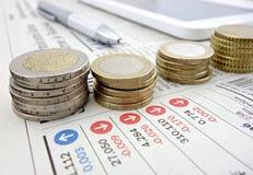 在报纸的欧洲硬币 库存图片