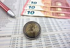在报纸的欧洲硬币 免版税库存照片