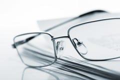 在报纸的玻璃 被定调子的图象 免版税库存照片