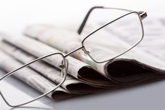 在报纸的玻璃 库存图片