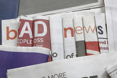 在报纸背景的坏消息 库存图片
