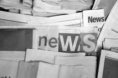 在报纸黑白图片的新闻 免版税库存照片