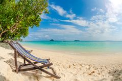 在披披岛,泰国的海滩睡椅 库存照片