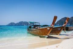 在披披岛Ko发埃发埃海滩,泰国的传统泰国长尾巴小船 库存图片