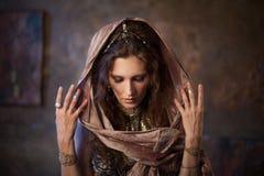 在披肩的画象 部族舞蹈家,种族样式的美丽的妇女在织地不很细背景 免版税库存照片