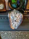 在披风片断的萨尔瓦多・达利时钟 库存图片