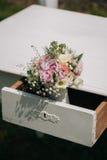 在抽屉的婚礼花束 库存图片