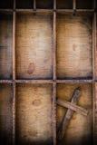 在抽屉的葡萄酒木十字架 库存图片