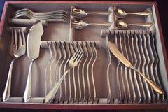 在抽屉的银鱼碗筷 免版税库存图片