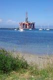 在抽油装置岸附近 库存照片