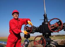 穿着防护服装的油和煤气工作者 免版税库存照片