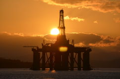 在抽油装置的日落在Cormarty 库存图片