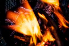 在抽象图象的被弄脏的火火焰 极端特写镜头开火火焰 准备在户外的烤肉火 灼烧的木头 免版税图库摄影