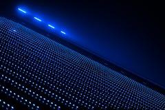在抽象大厦的多矮小的蓝色光 库存图片