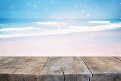 在抽象海风景前面的木甲板 为产品显示准备 织地不很细图象 免版税库存照片
