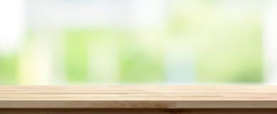 在抽象白色绿色背景,全景横幅的木台式 免版税库存照片