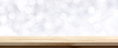 在抽象白色bokeh背景的木台式 免版税库存照片